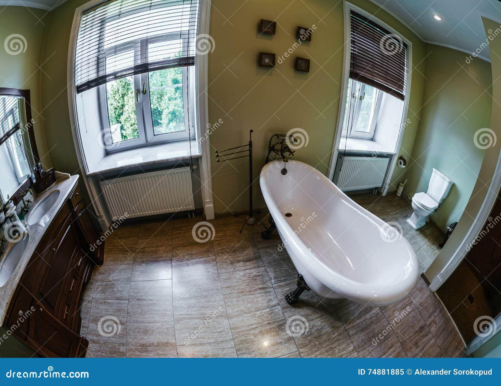 Renovated velho-denominou o banheiro com banho retro bonito