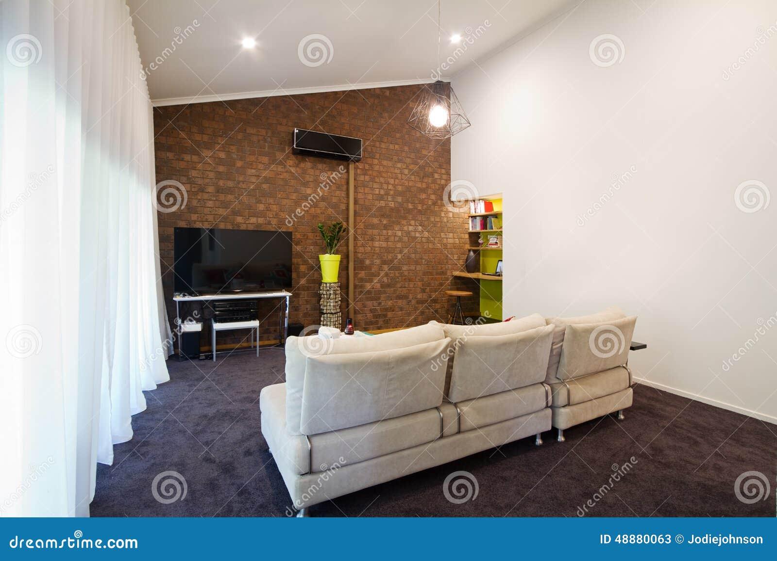 Renoverad för tegelstenvägg för 70 tal utsatt vardagsrum för ...