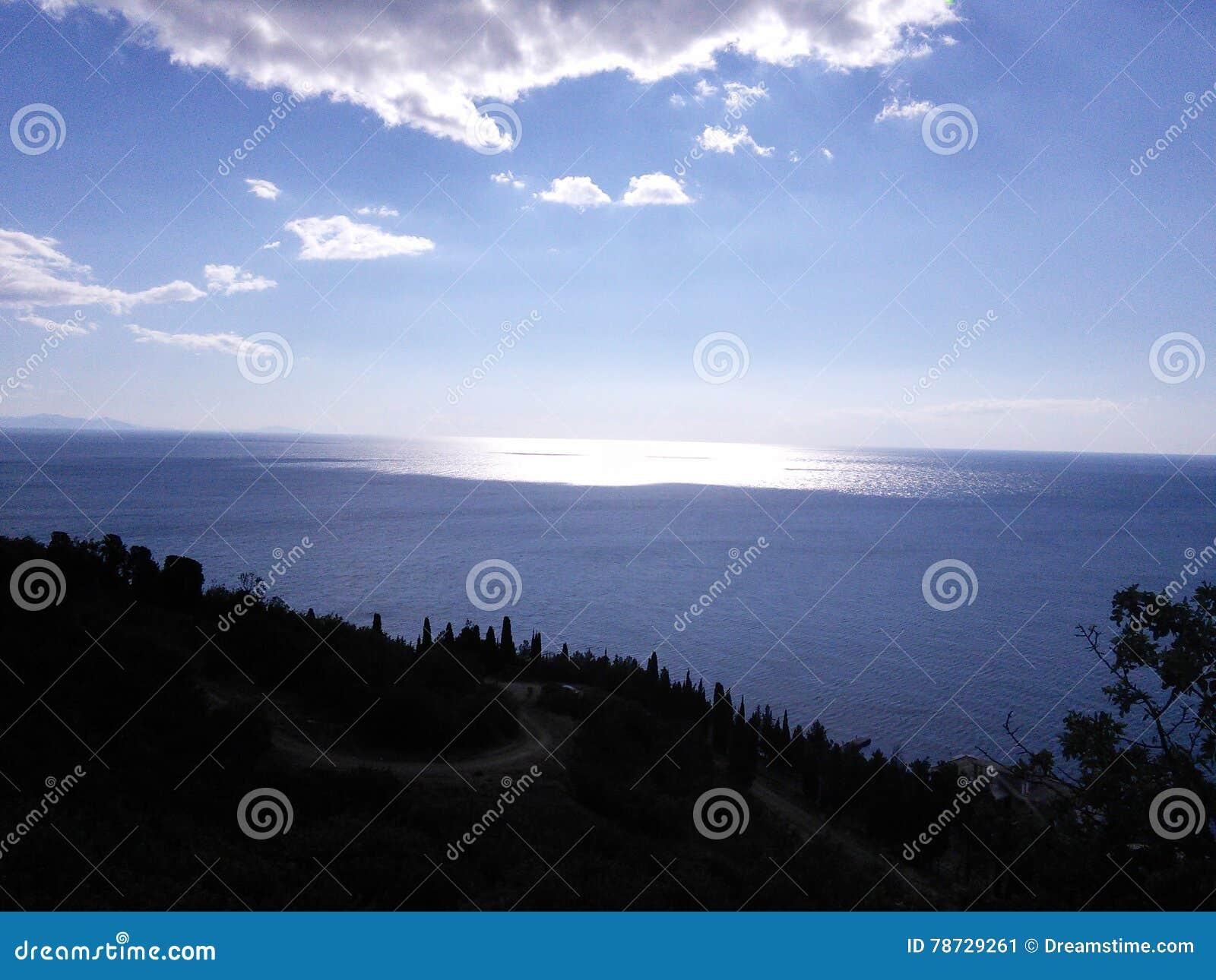 Rent och ljust solljus över havet