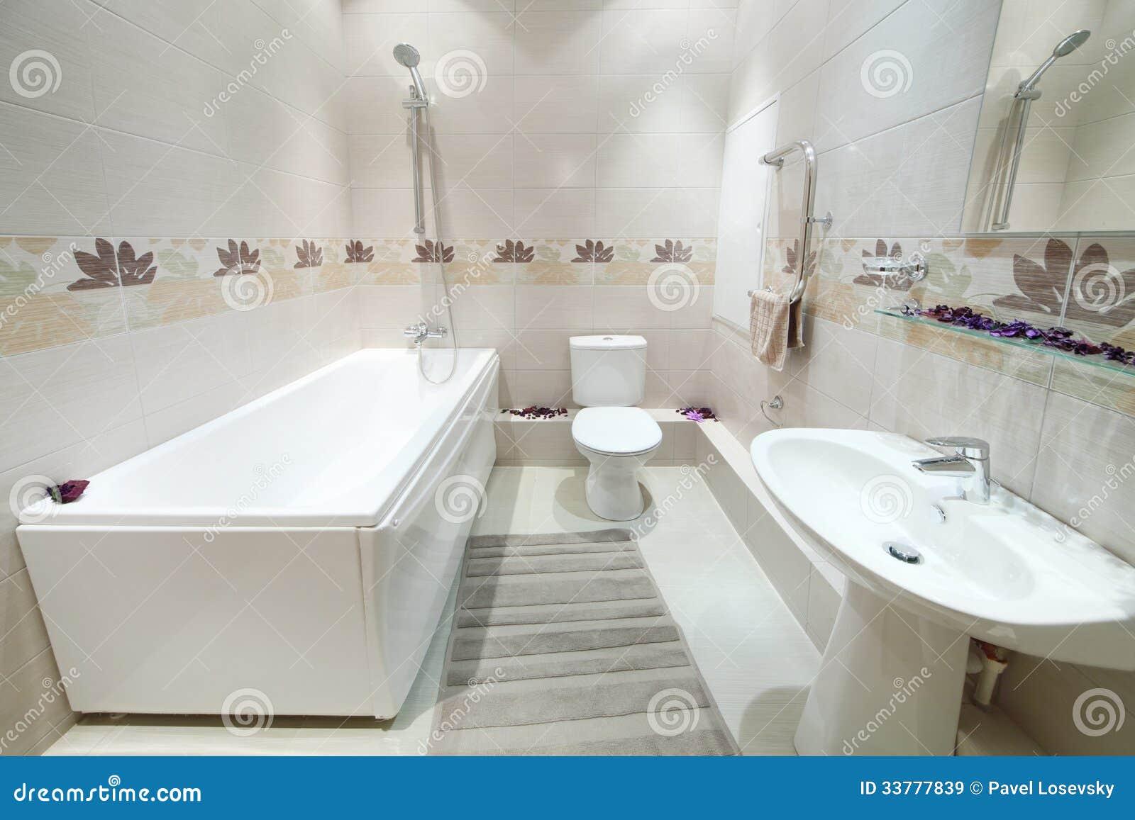 Badrum nytt badrum : Rent Och Nytt Badrum Med Toaletten Med Tegelplattor På Väggar ...