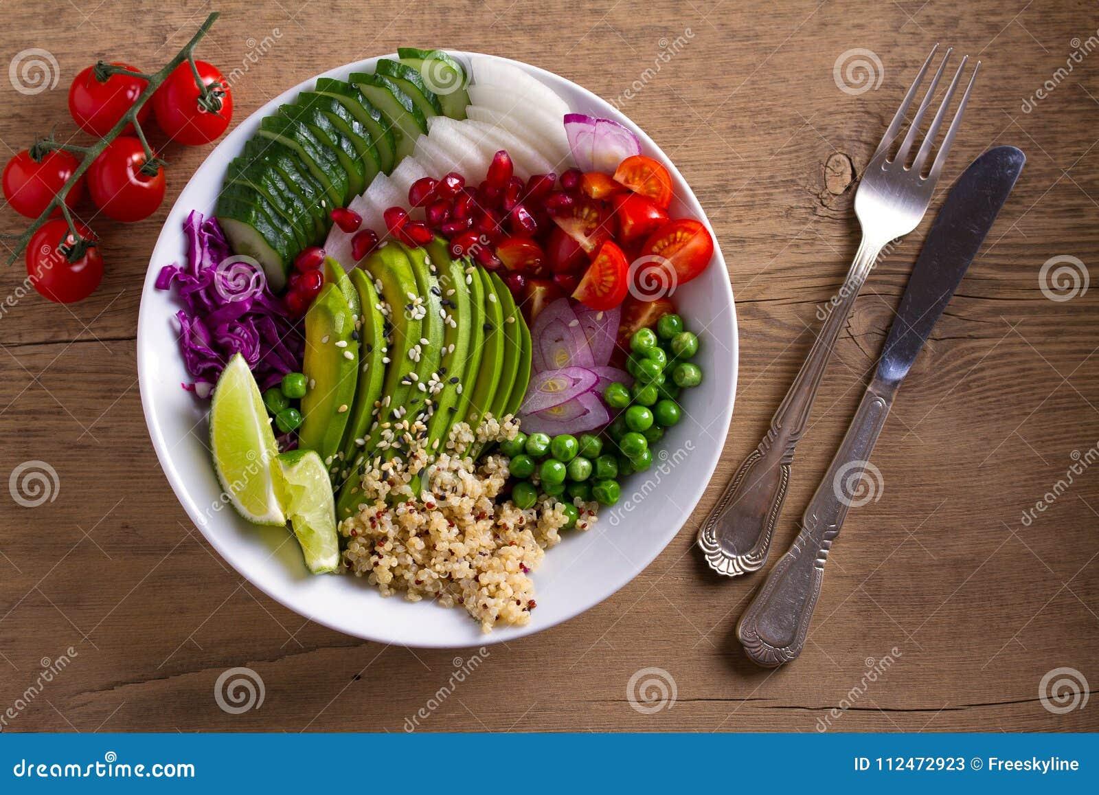 Rent sunt äta för detox Strikt vegetarian och vegetarisk lunchbunke Quinoa, avokado, granatäpple, tomater, gröna ärtor, rädisa oc