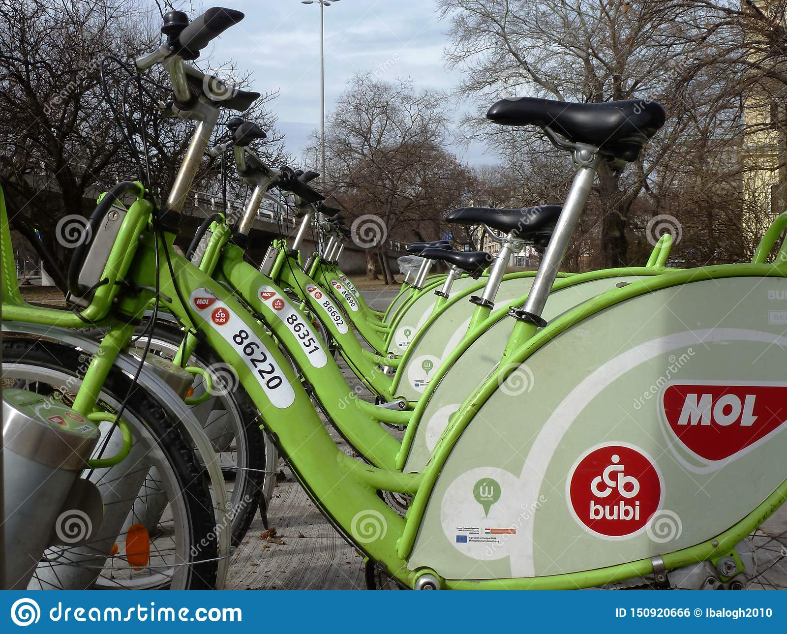 Rentable groene die stad bucycles door mol in verminderend perspectief in Boedapest, Hongarije wordt aangeboden