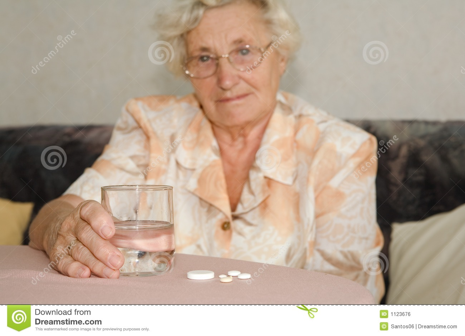 Rentner mit Tabletten