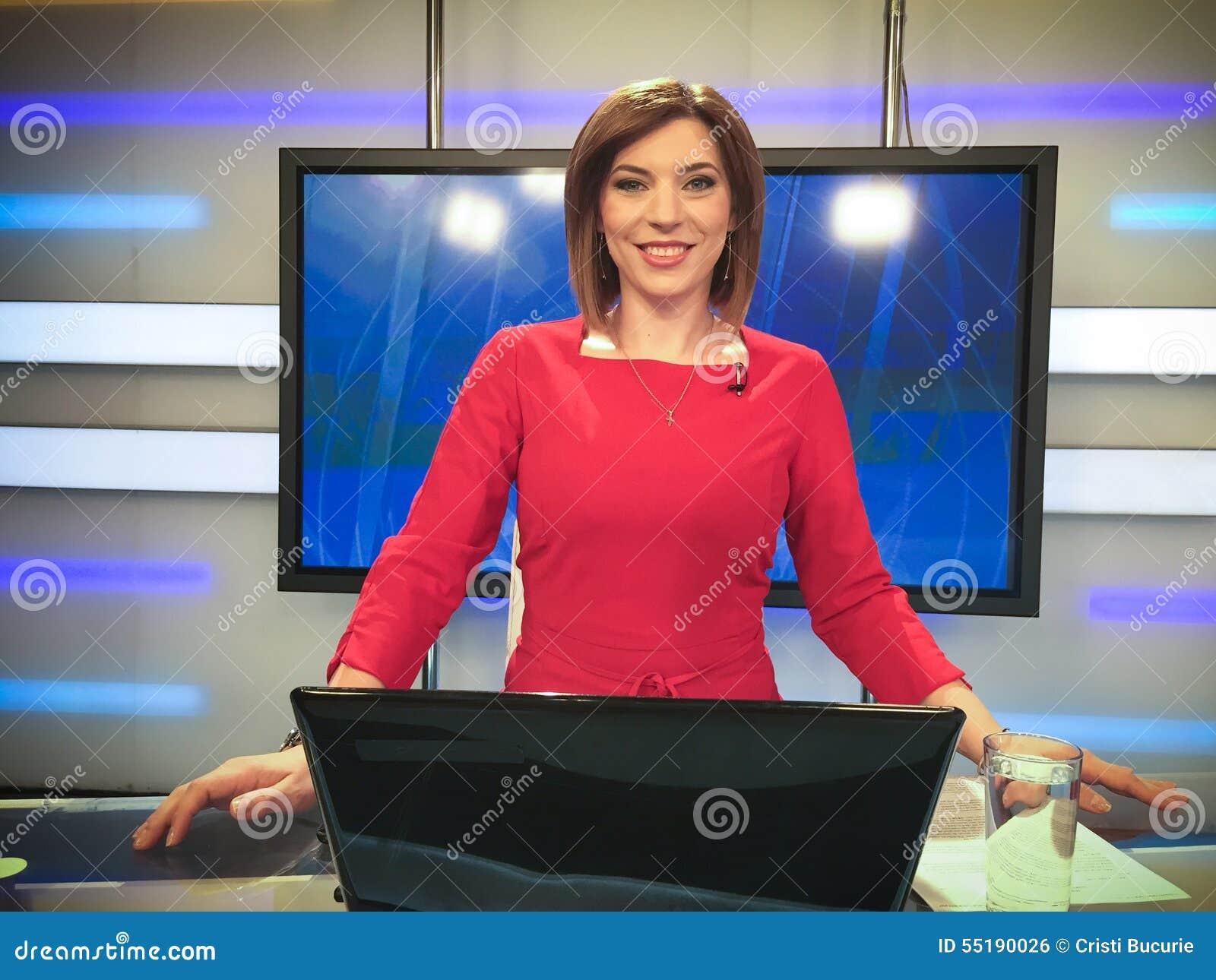 Repórter da tevê na mesa da notícia