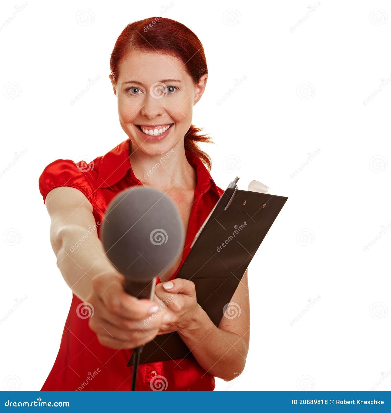 Repórter fêmea que faz um exame