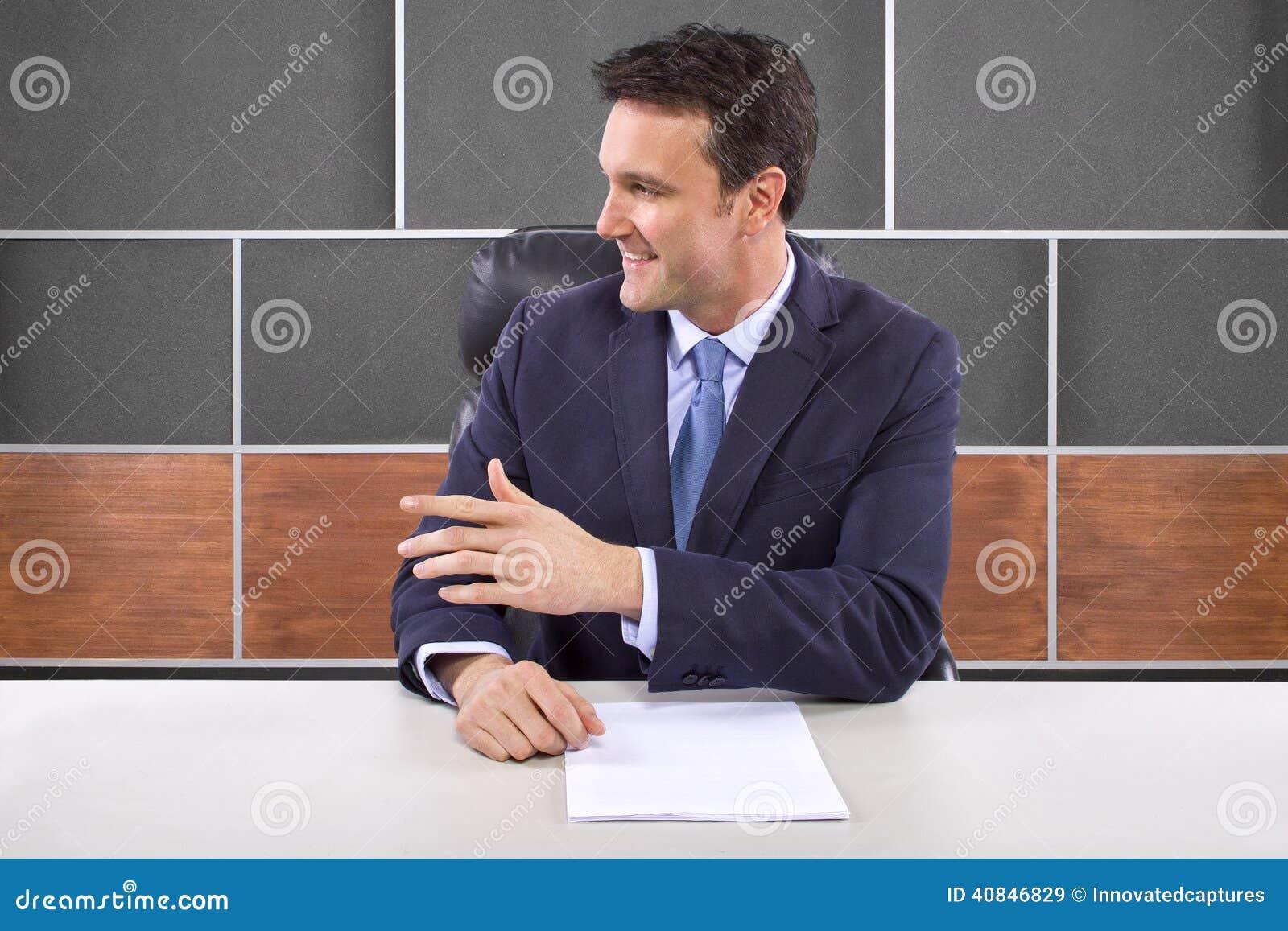Repórter na sala de notícia