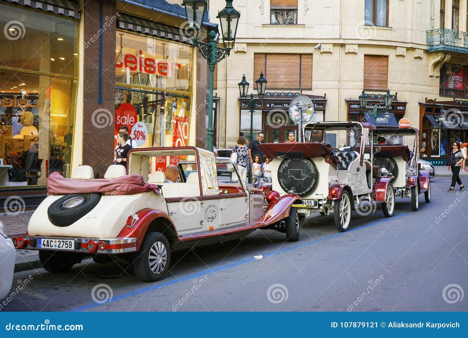 República Checa de Praga 2 de agosto 2017: coches retros rodantes en las calles de Praga