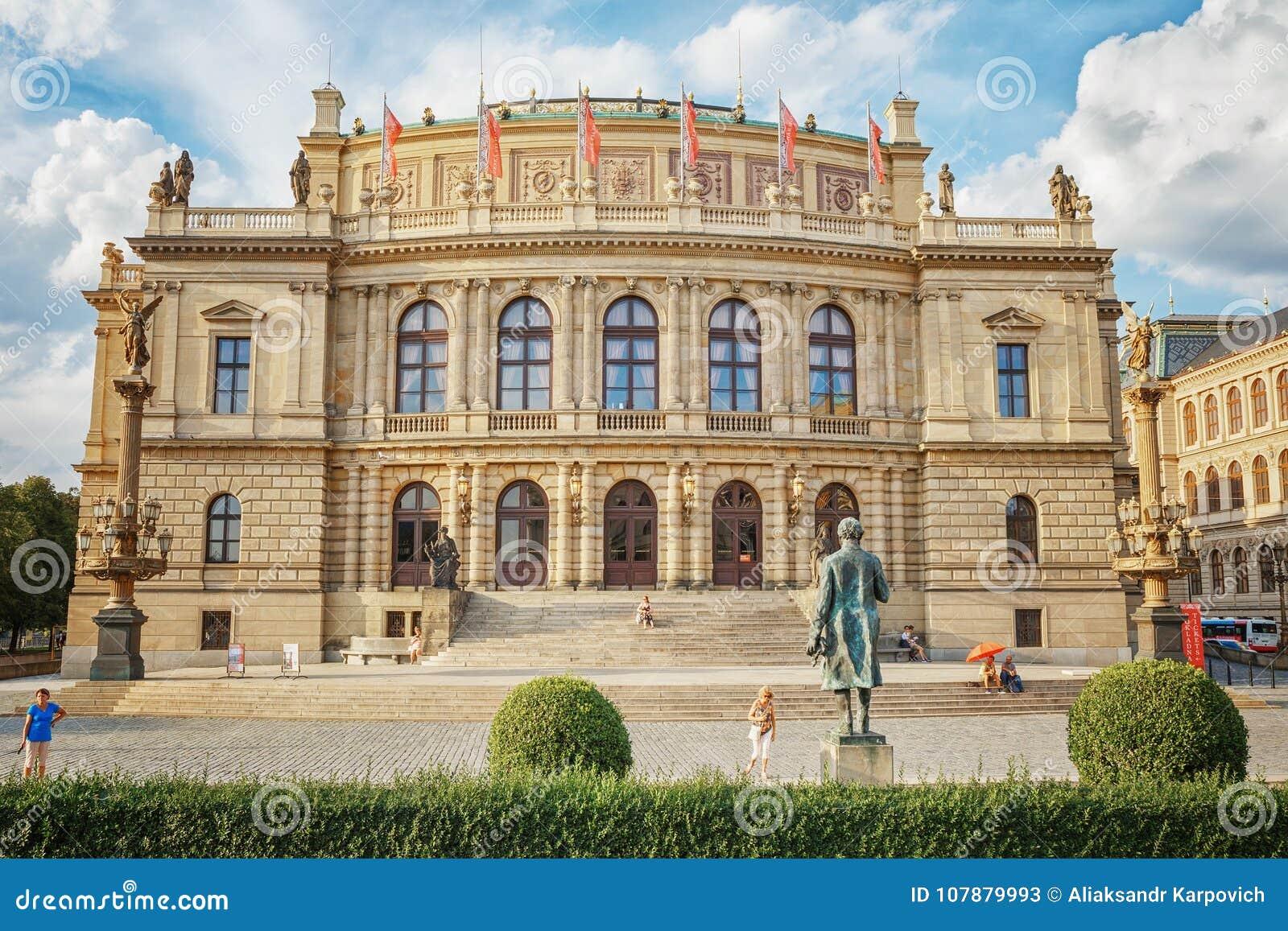 República Checa de Praga 2 de agosto 2017: El edificio de Rudolfinum en el cual hay una sociedad filarmónica y museos