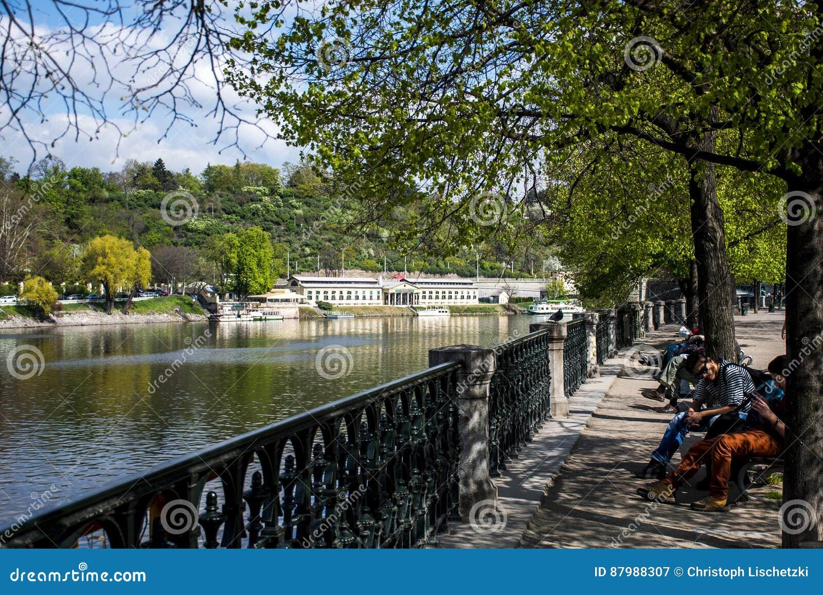 República Checa Praga 11 04 2014: Vista del palacio y del río de Moldava con la gente en una República Checa de Praga del parque