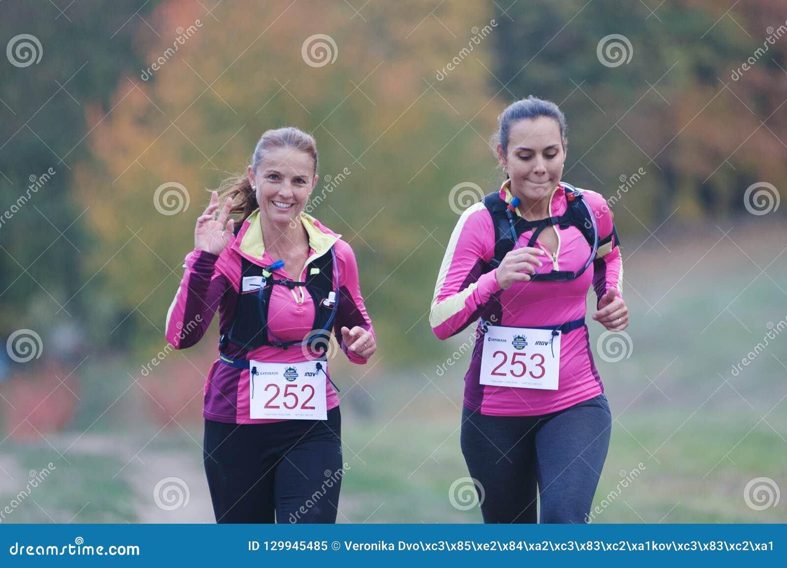 REPÚBLICA CHECA, SLAPY, em outubro de 2018: Os maníacos da fuga correm a competição Duas mulheres que correm junto