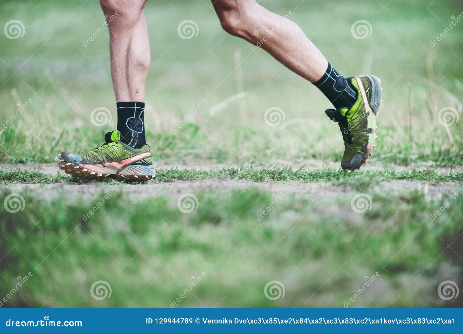 REPÚBLICA CHECA, SLAPY, em outubro de 2018: Os maníacos da fuga correm a competição Pés do corredor em Salomon Running Shoes verd