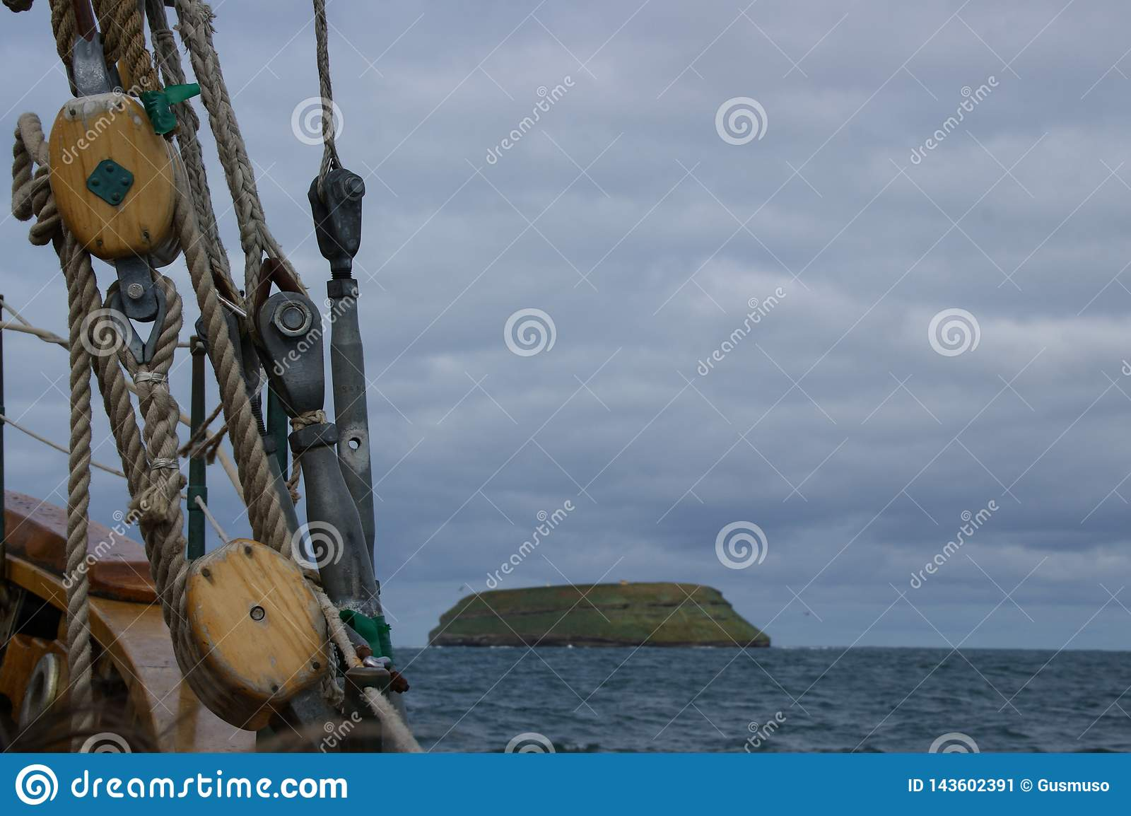Rep av en forntida valfångare i förgrunden och i bakgrunden ön var lunnefåglarna bor