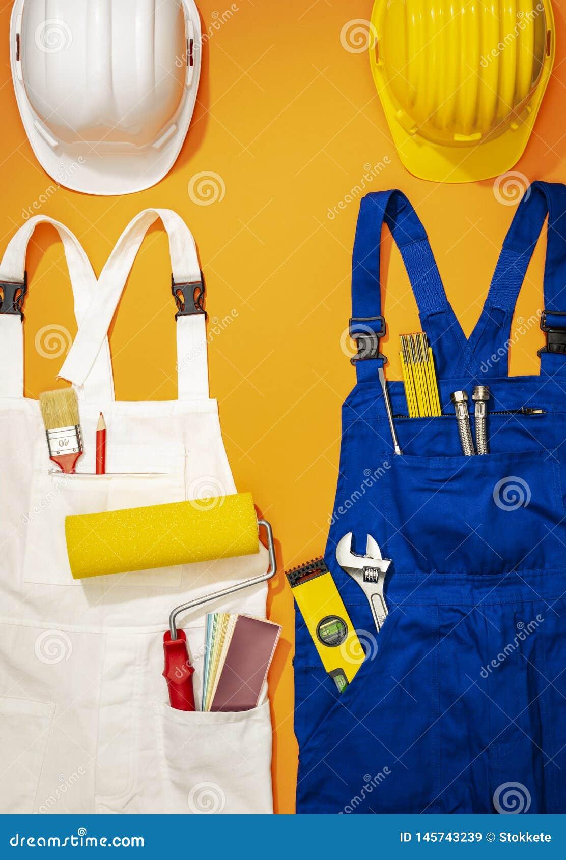 Repairman i malarza pracy mundury z narzędziami