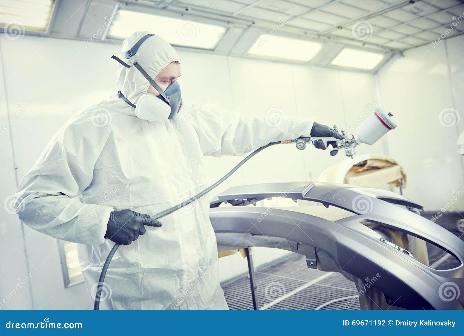 Repairman malarz w sala obrazu samochodu samochodu zderzaku