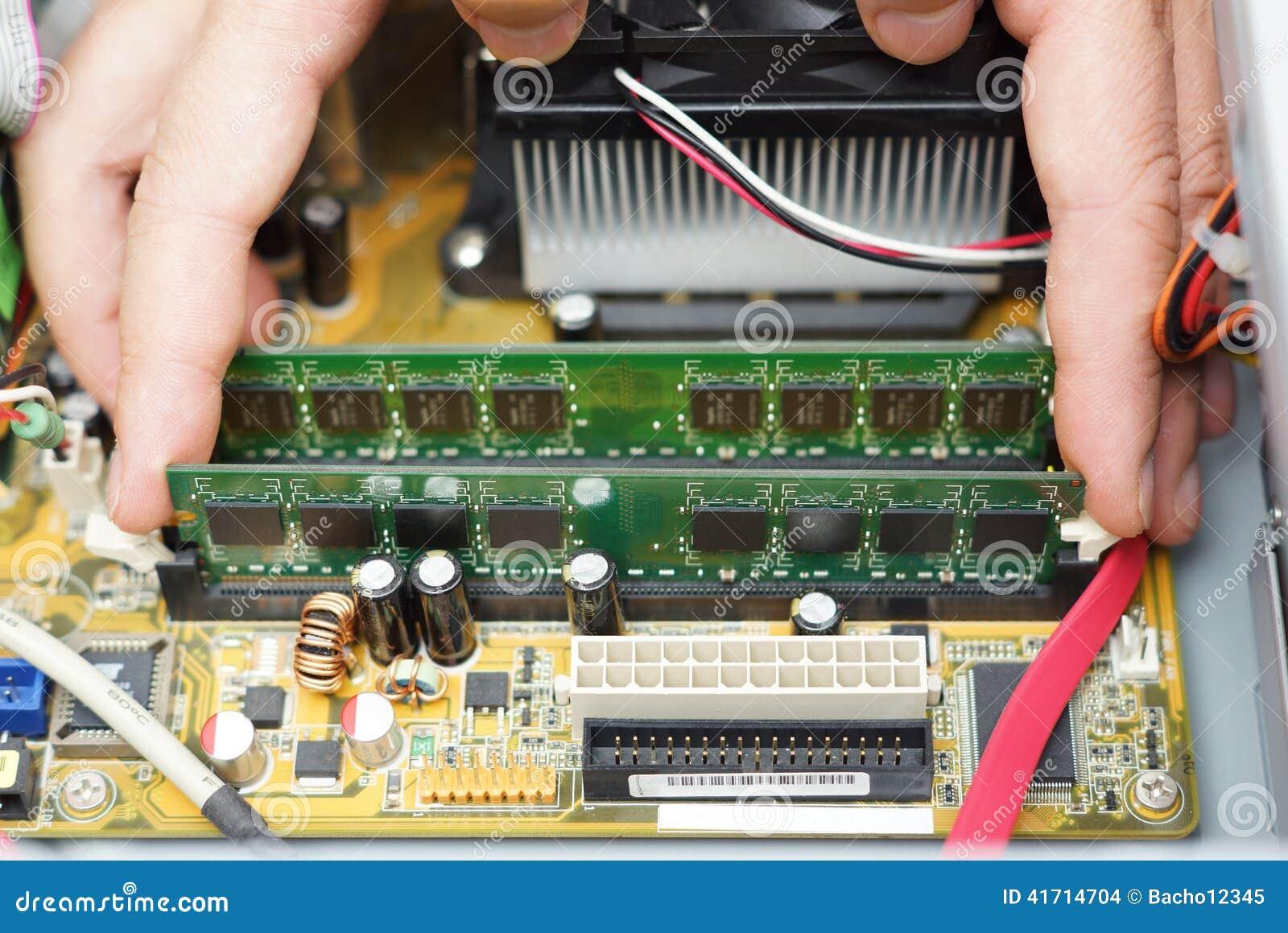 Reparación del ordenador El técnico toma el módulo de la memoria de acceso aleatorio