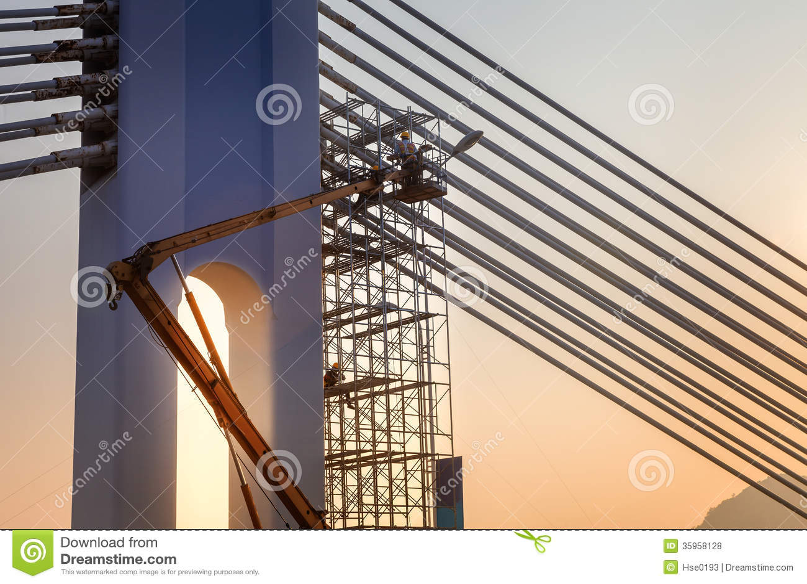 Reparación del puente encendido en la puesta del sol