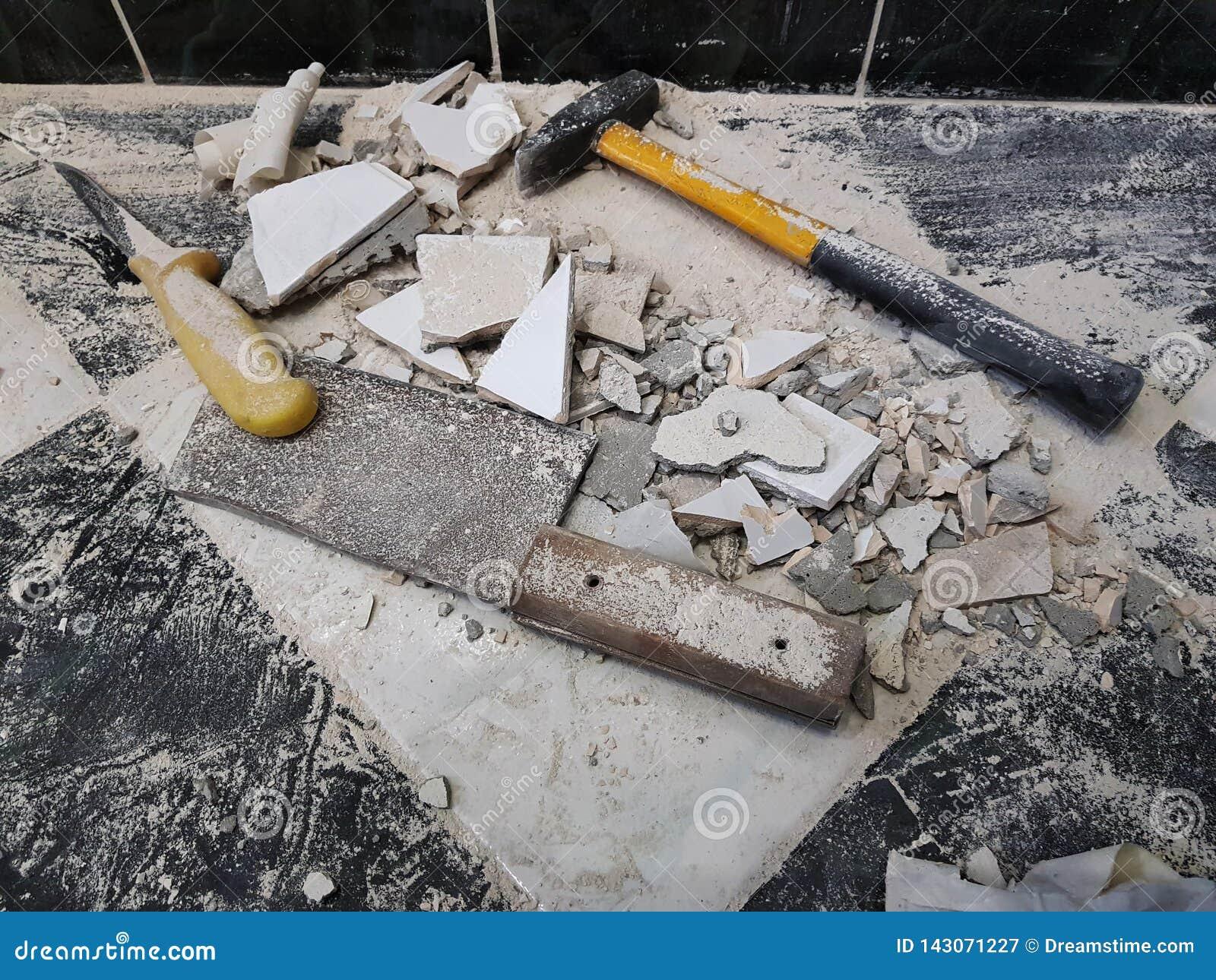 Reparación - el edificio con las herramientas martilla, almádena, cuchilla y un cuchillo con los cascos de la teja