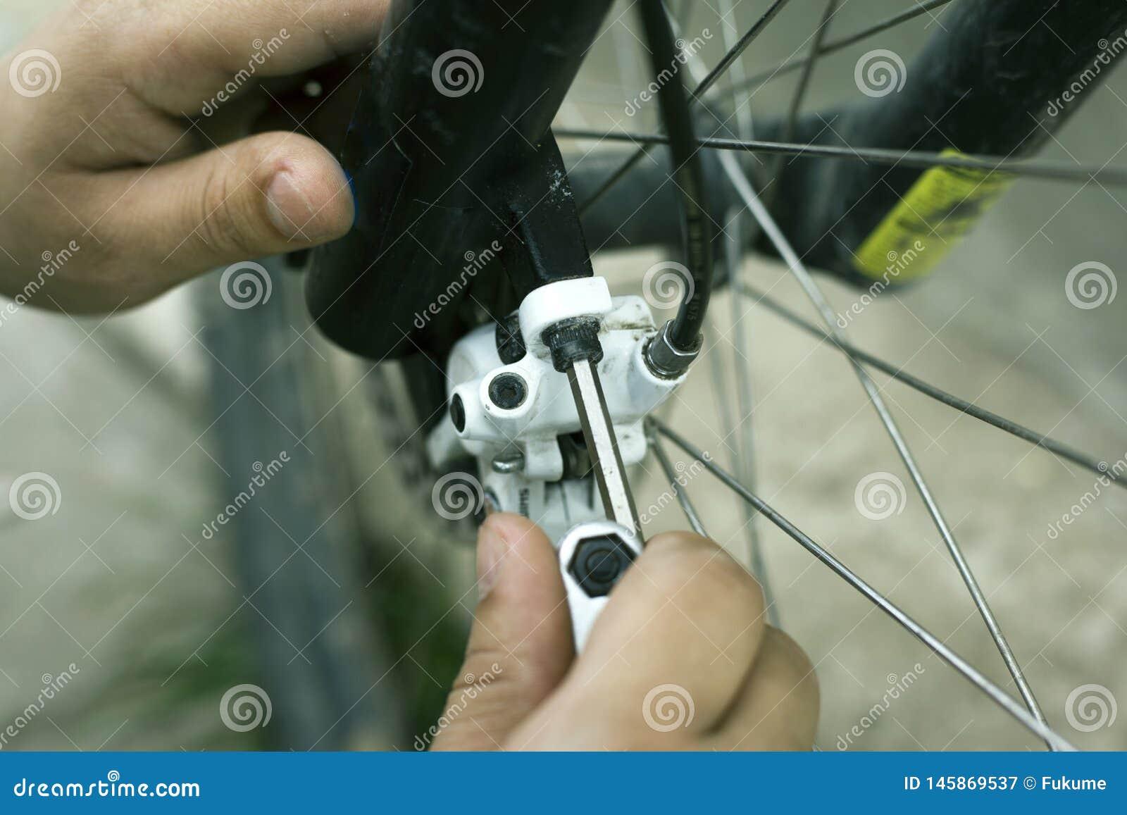 Reparatie en aanpassing van schijfremmen op een bergfiets, fietshulpmiddelen