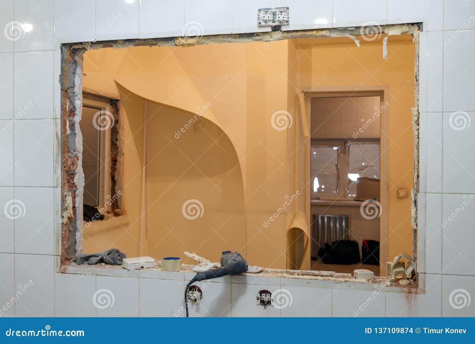 Reparations- och utbytesfönster i regeringsställning som bygger, förstörda fönsterdelningar av tegelstenar, tegelplattor Begrepps