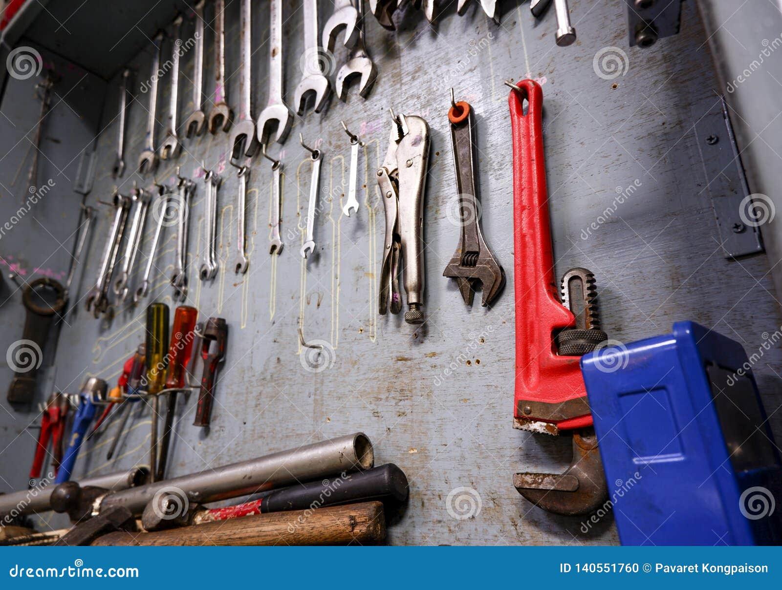 Reparationshjälpmedelkabinett som är fullt av utrustning för industriellt arbete