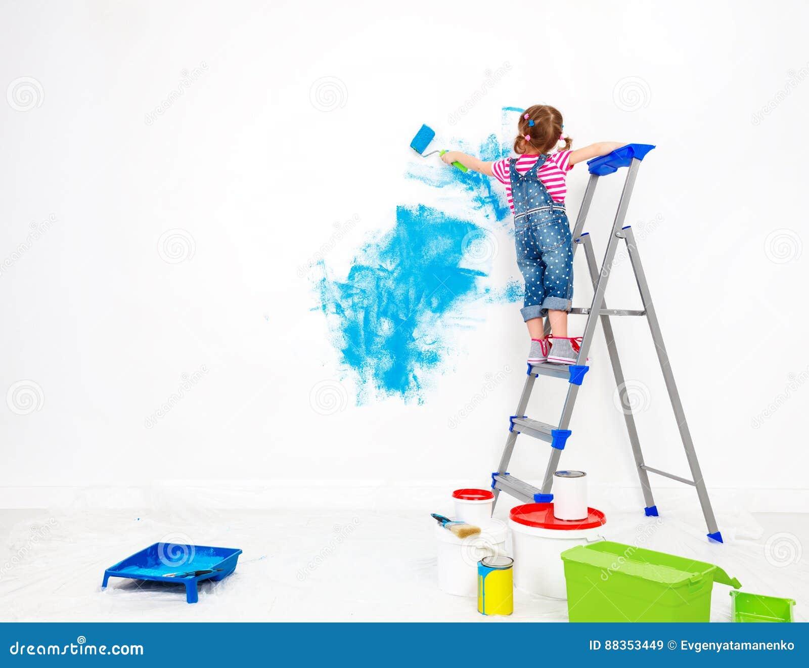 Reparatur In Der Wohnung Glückliches Kindermädchen Malt Wand