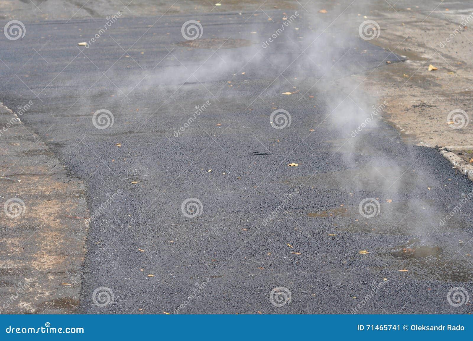 Repare e colocando o método de remendo do asfalto novo fora Representante da estrada