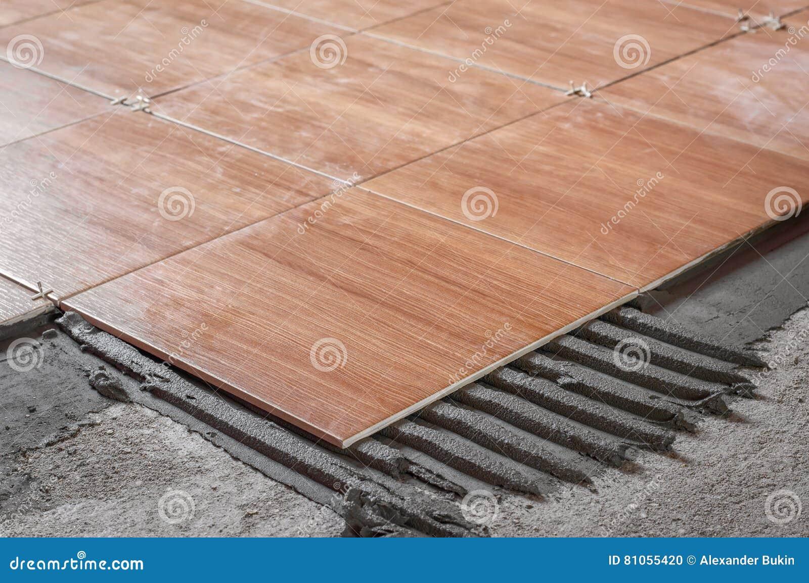 Reparieren Sie Die Arbeit Und Fliesen Auf Den Boden Legen Stockfoto