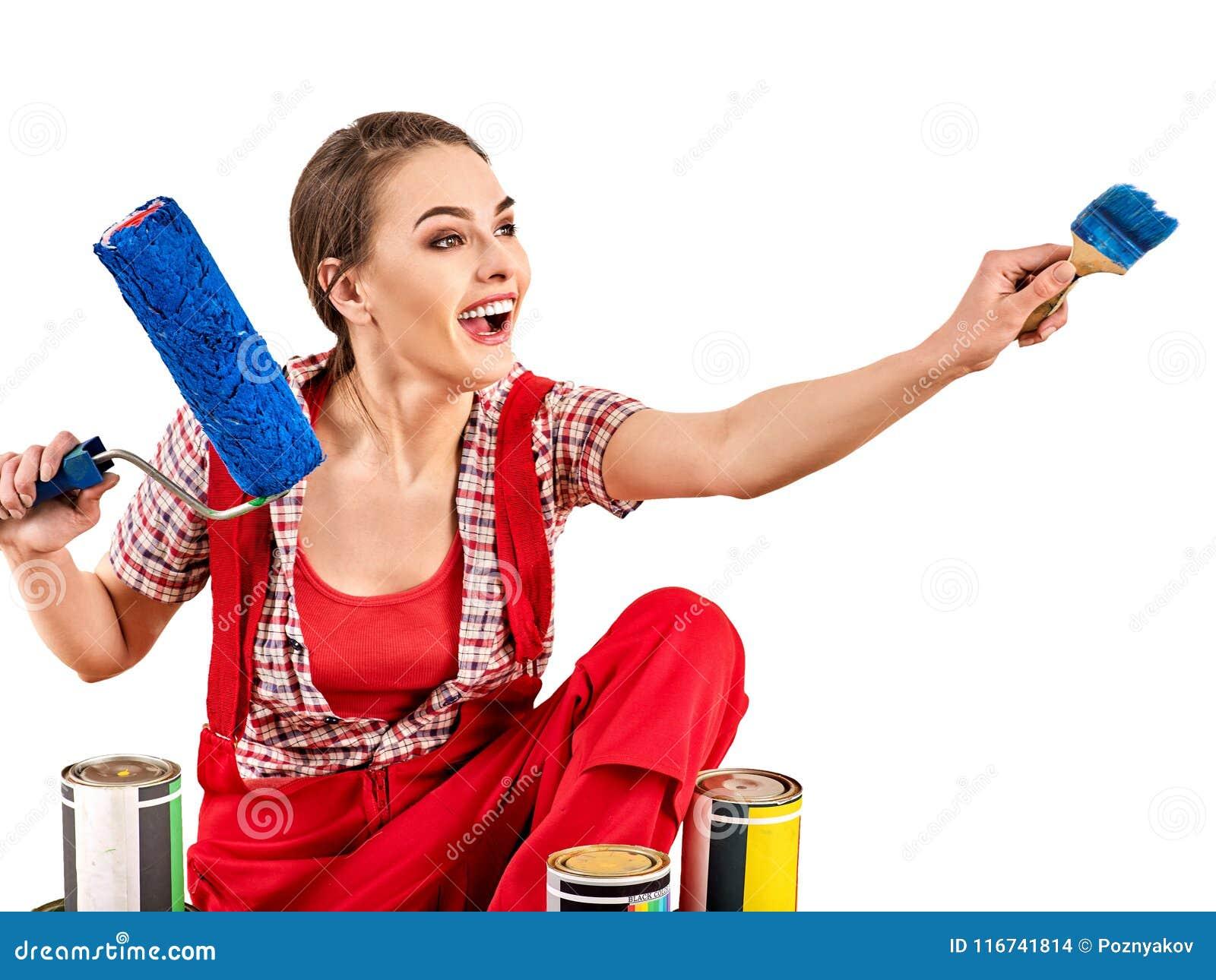 Tapete Reparieren reparieren sie die hauptfrau, die farbenrolle für tapete hält
