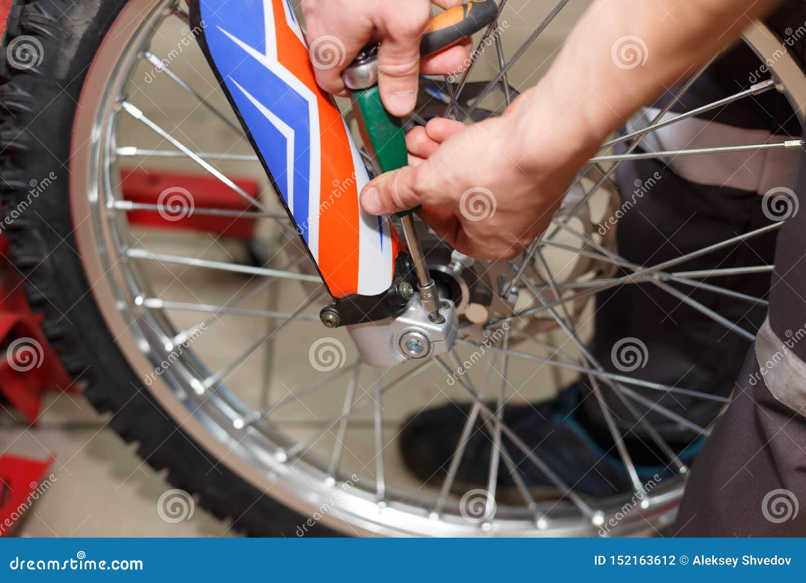Reparo da roda da motocicleta após escapes do pneu ou dano do disco