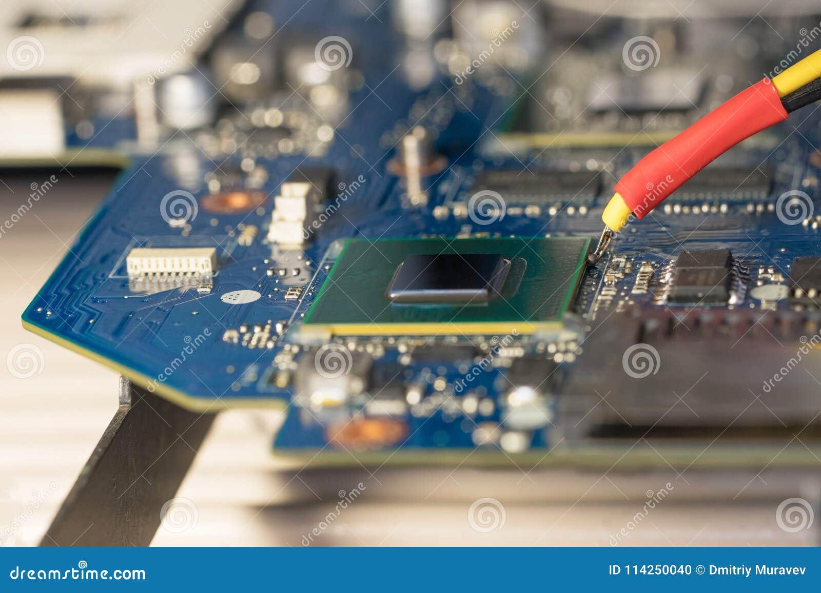 Reparo do portátil Placa gráfica da microplaqueta da substituição na estação de solda infravermelha Foto do reparo do cartão-matr