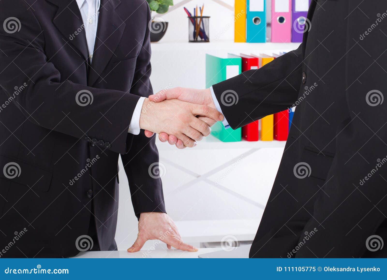 Reparto de asunto Concepto de la reunión de la sociedad con apretón de manos acertado de los hombres de negocios en el fondo de l