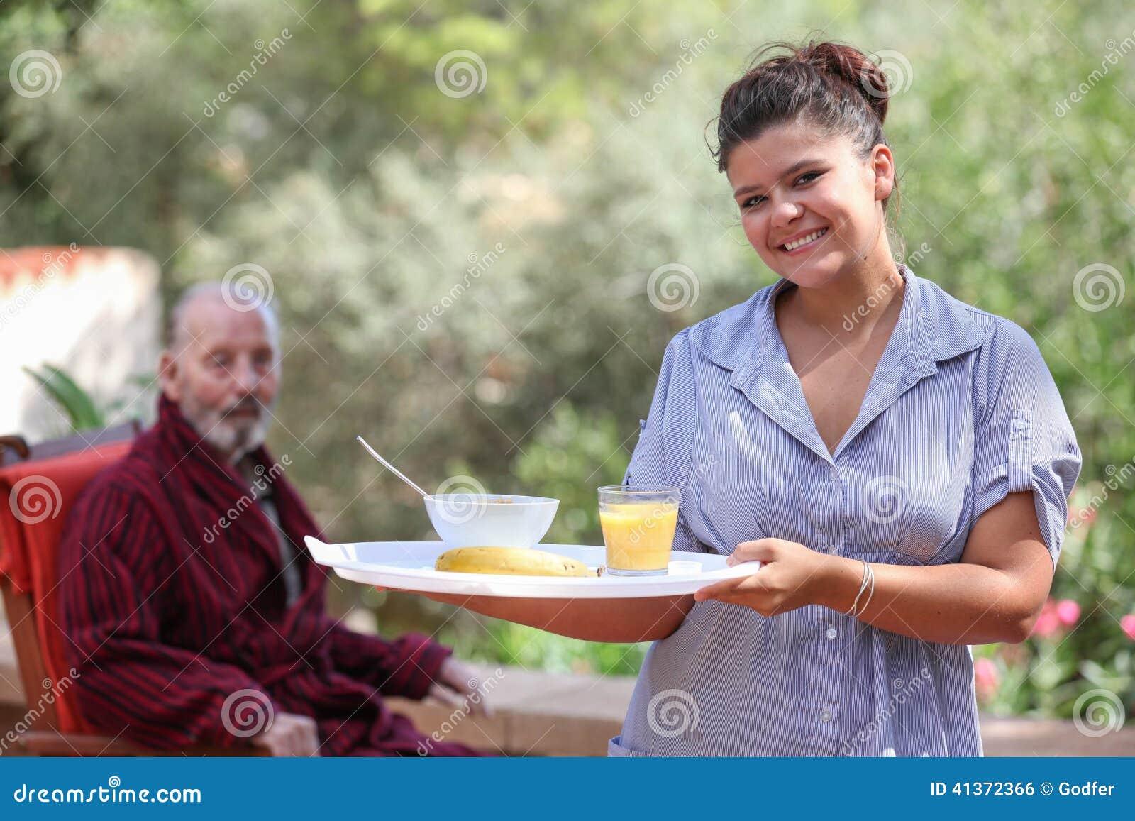 Repas à la maison de portion de soignant à l homme plus âgé