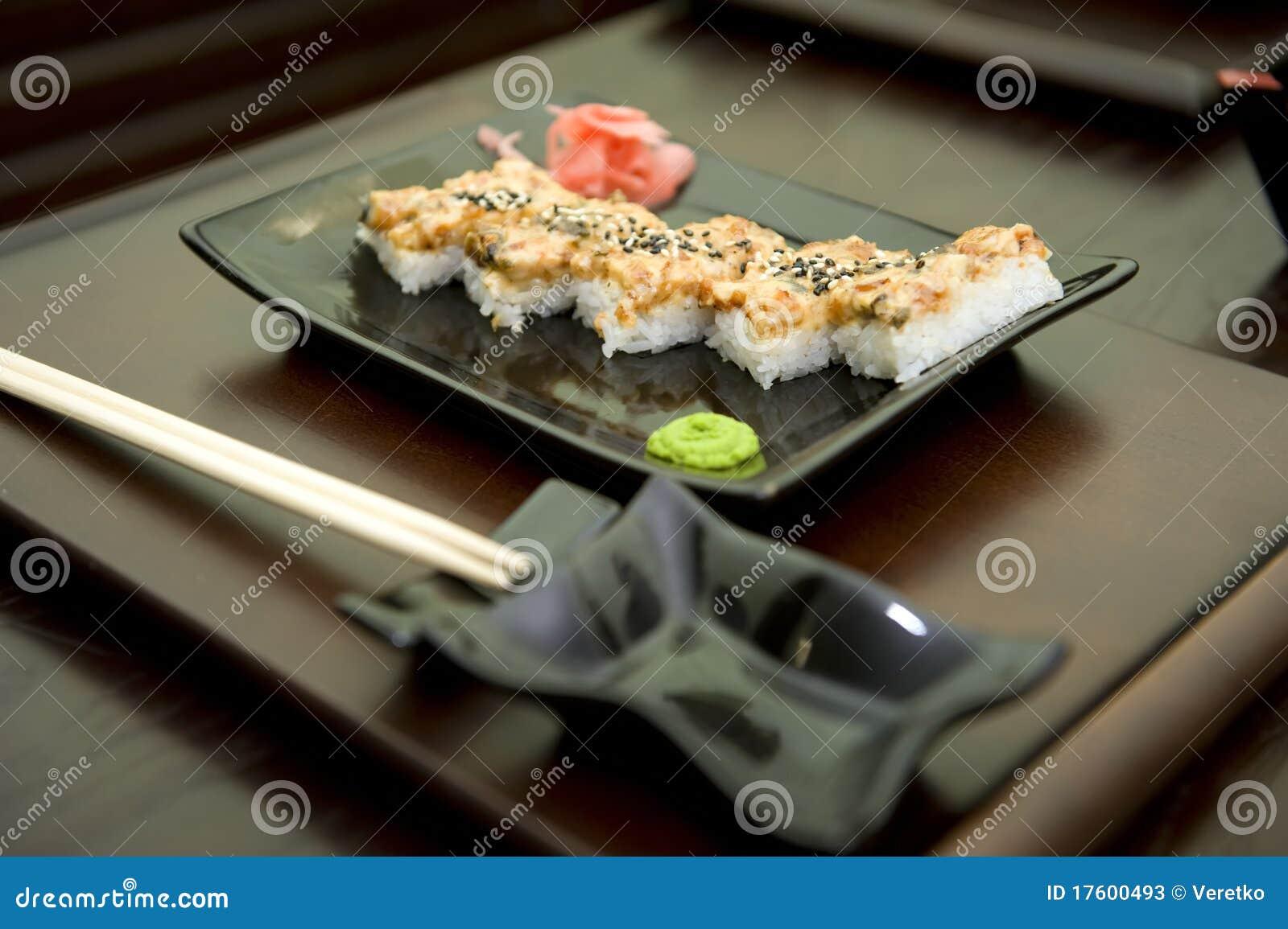 Repas du japon avec les légumes et le riz de poissons