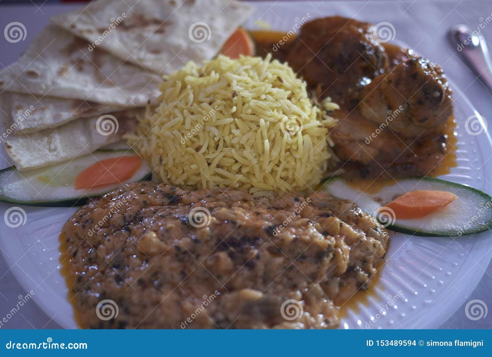 Repas indien avec du riz de basamati