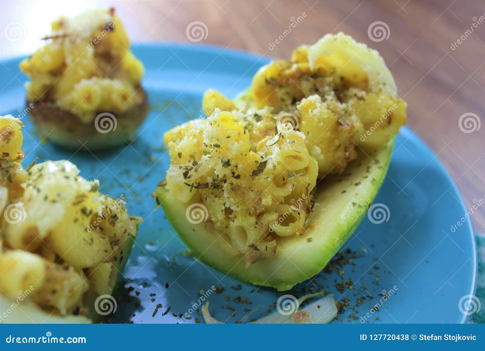 Repas végétarien délicieux, imper et courgette bourrée et champignons de fromage, du plat rond