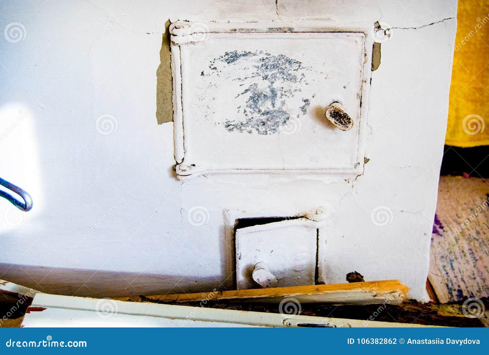 Repassez La Porte Pour Le Fourneau Russe Traditionnel Cheminee
