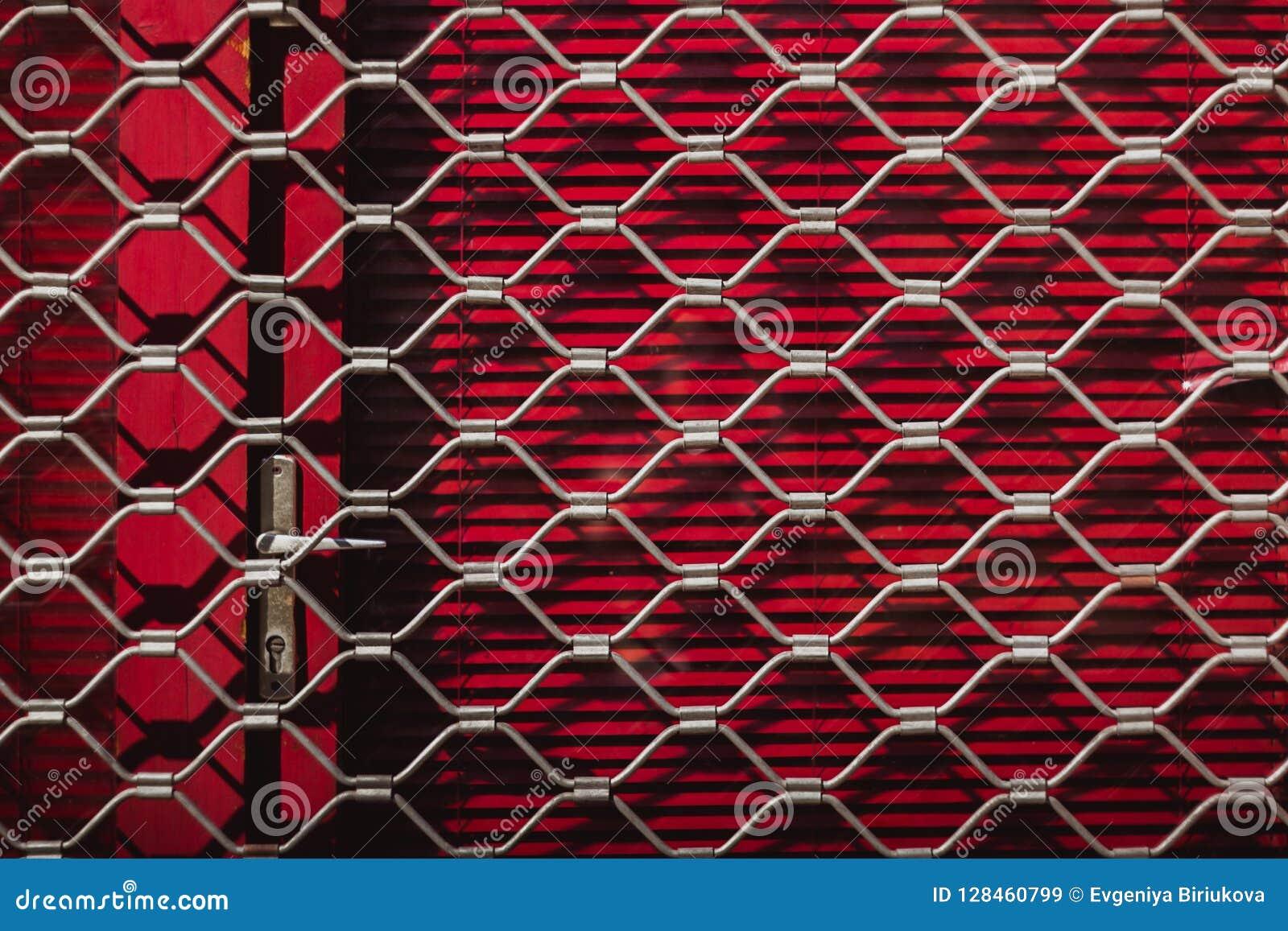 Repassez la texture d un gril en acier sur les volets rouges sur la porte Fond rouge