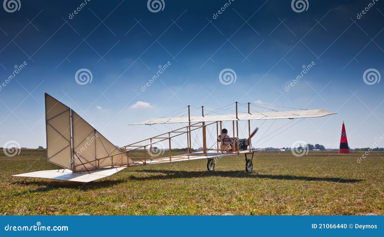 Replik eines alten Flugzeuges