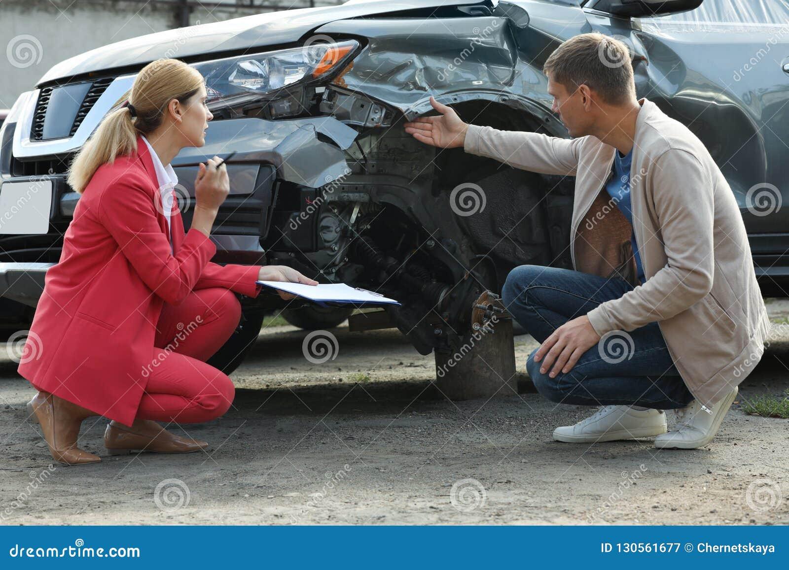 Reportage d homme et réclamation remplissante d agent d assurance