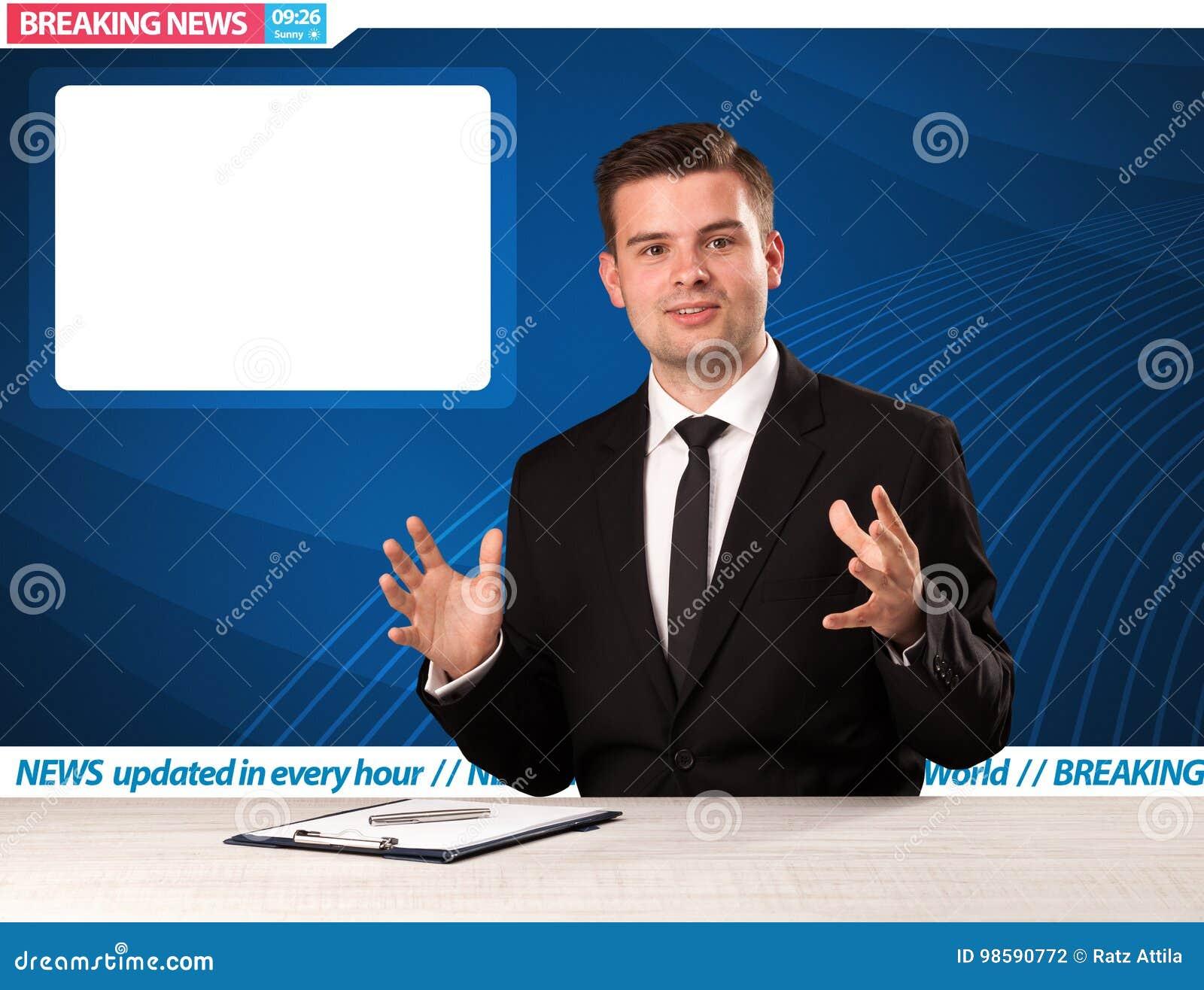 Reporter telewizyjny mówi wiadomość dnia przy jego pracownianym biurko dowcipem