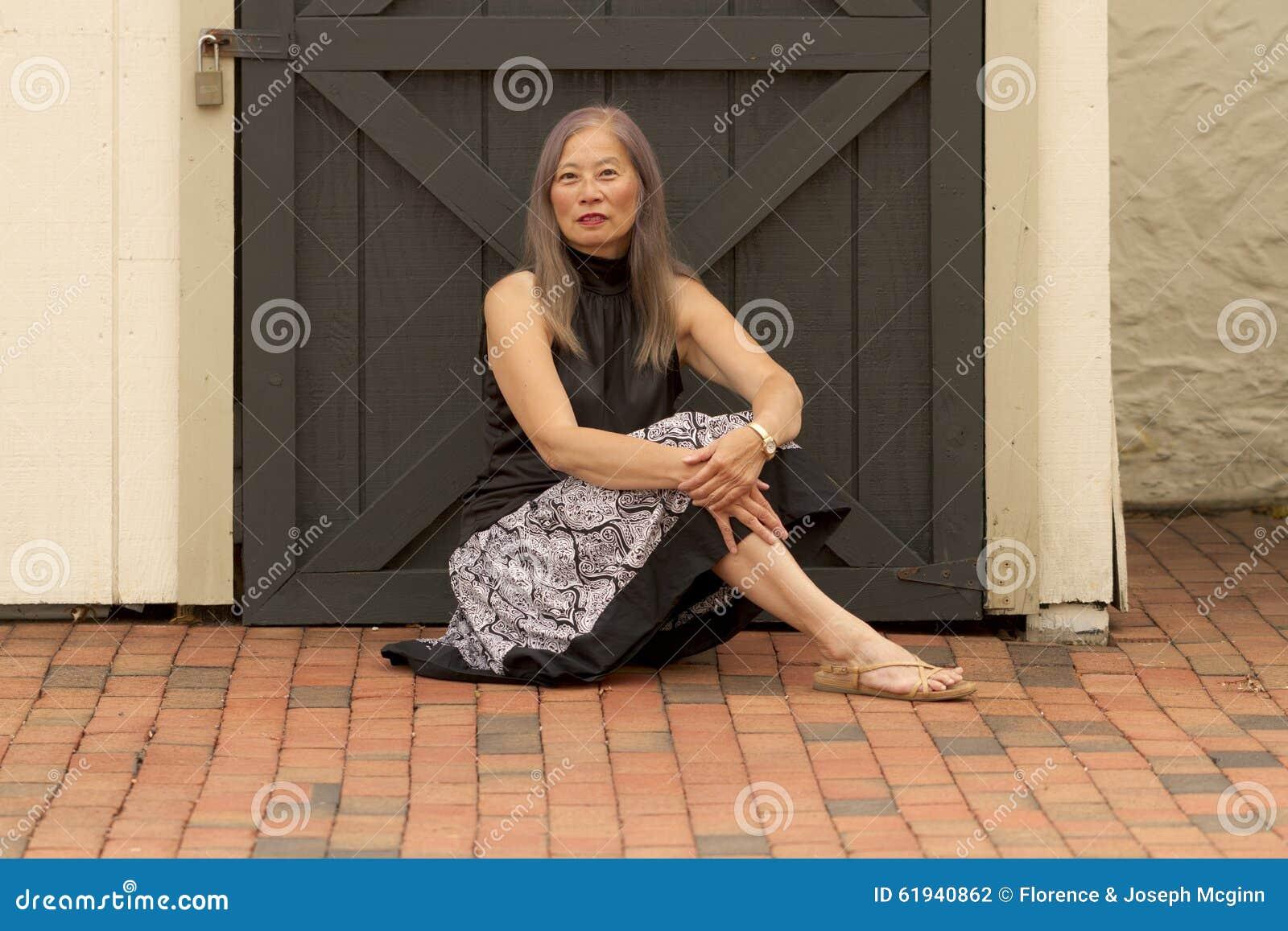 Repos de femme par la porte verrouillée