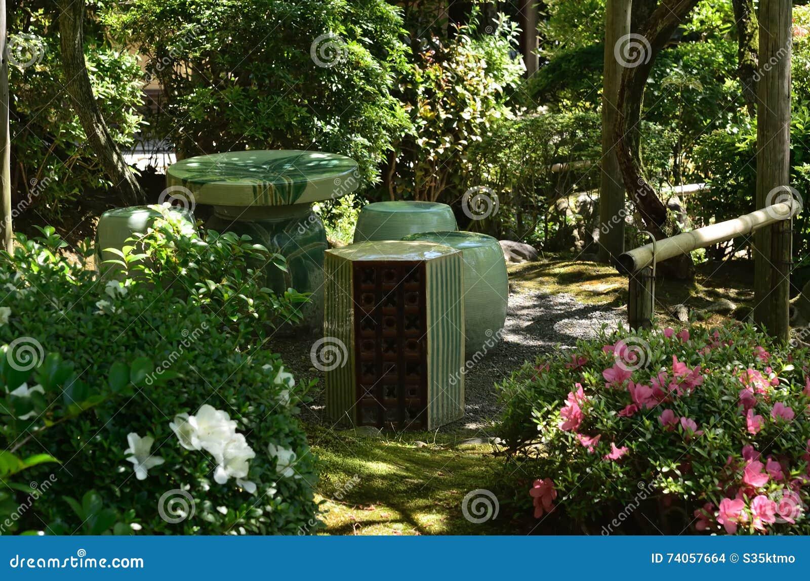 repos faisant le coin du jardin japonais kyoto japon photo stock image du moussu porcelaine. Black Bedroom Furniture Sets. Home Design Ideas