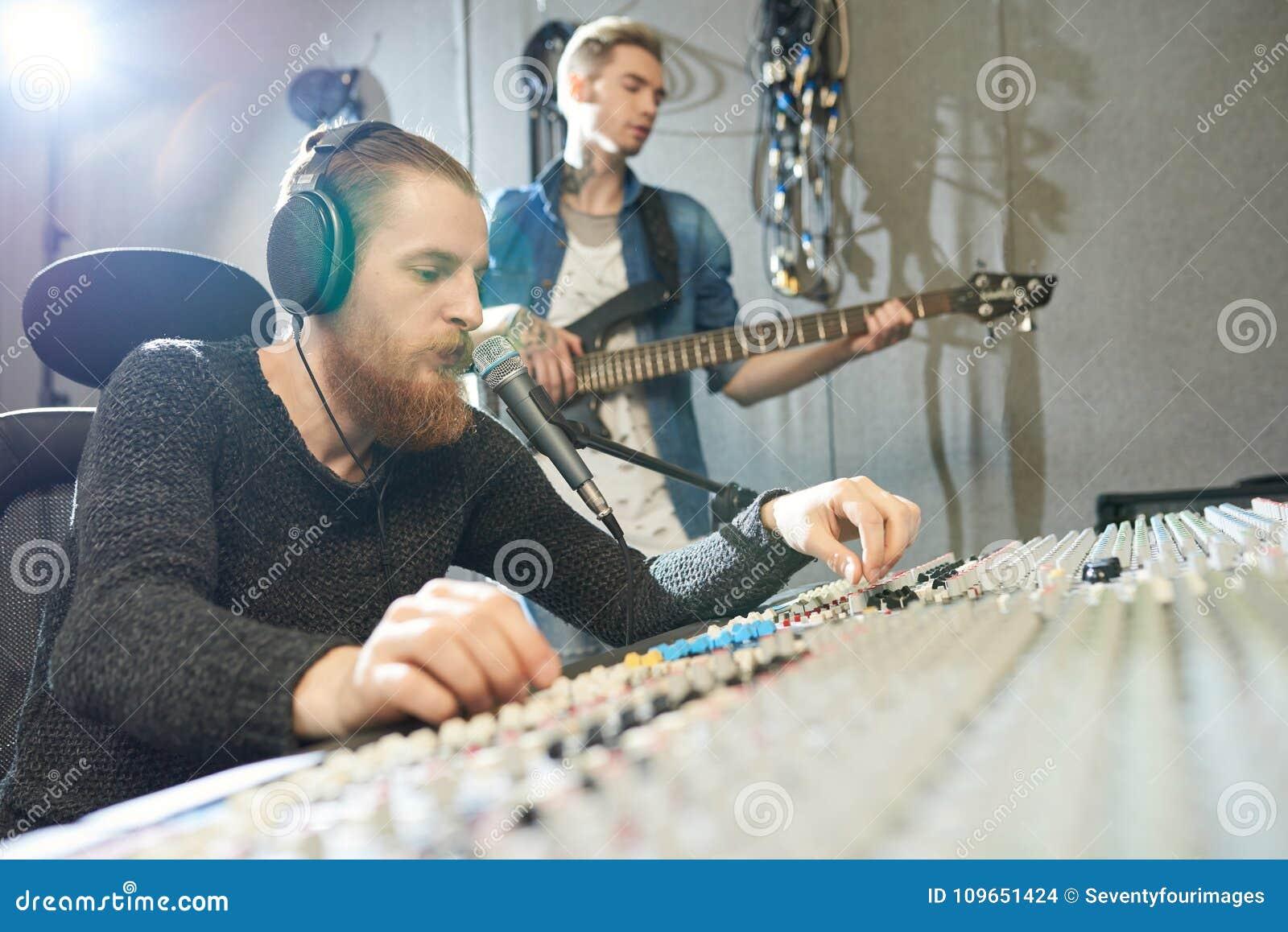 Représentation de guitare d enregistrement d ingénieur du son dans le studio