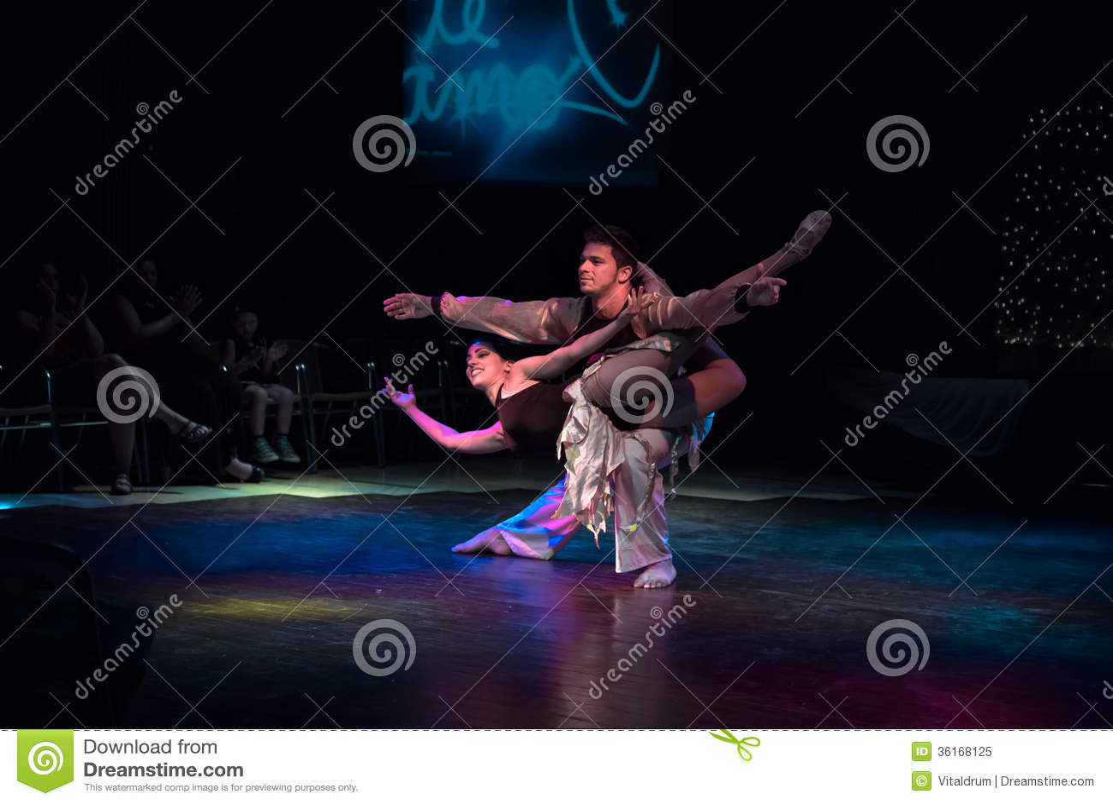 Représentation professionnelle cubaine de danseurs à l exposition théâtrale de nuit