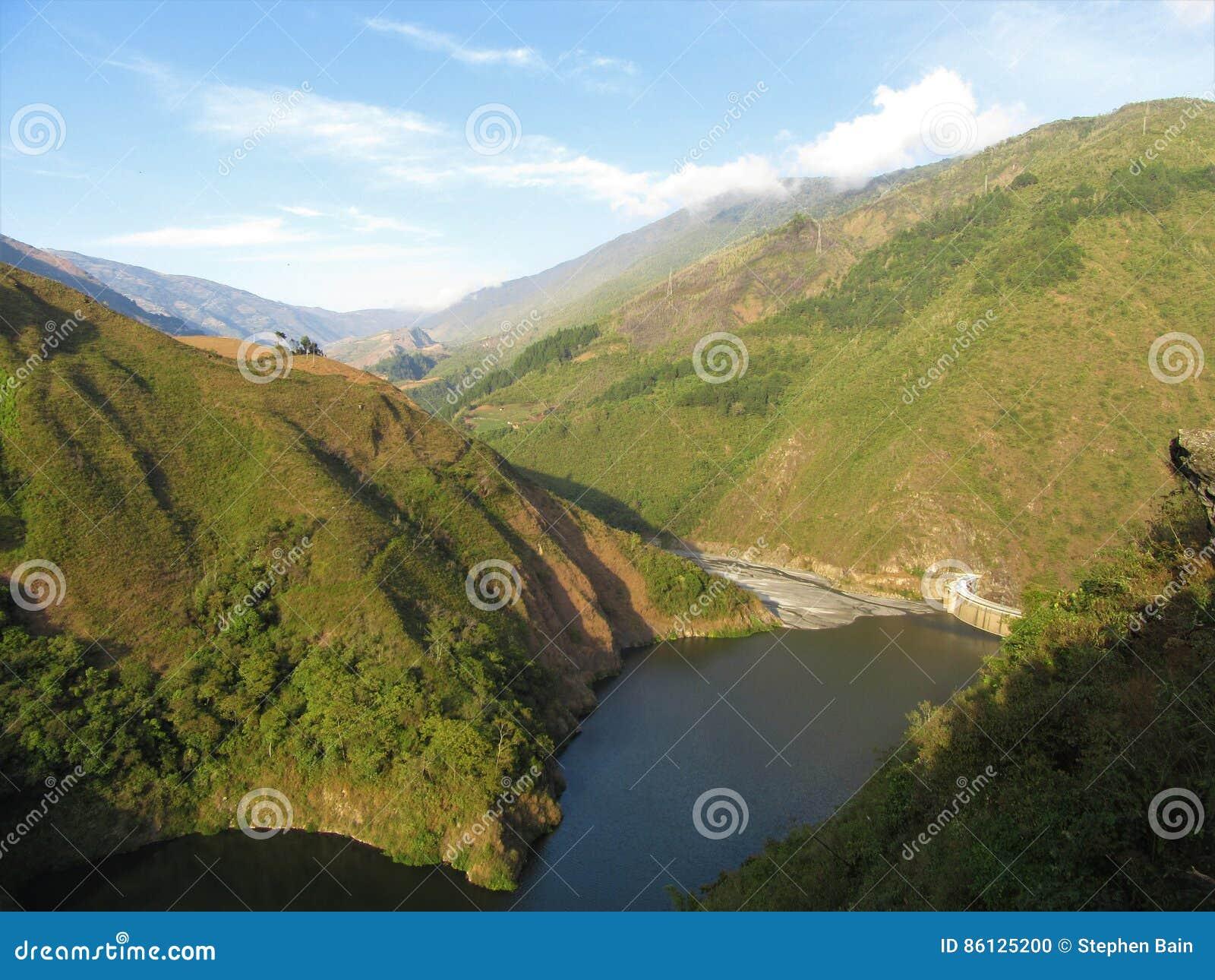Represa e reservatório no rio de Santo Domingo nas montanhas de Andes da Venezuela