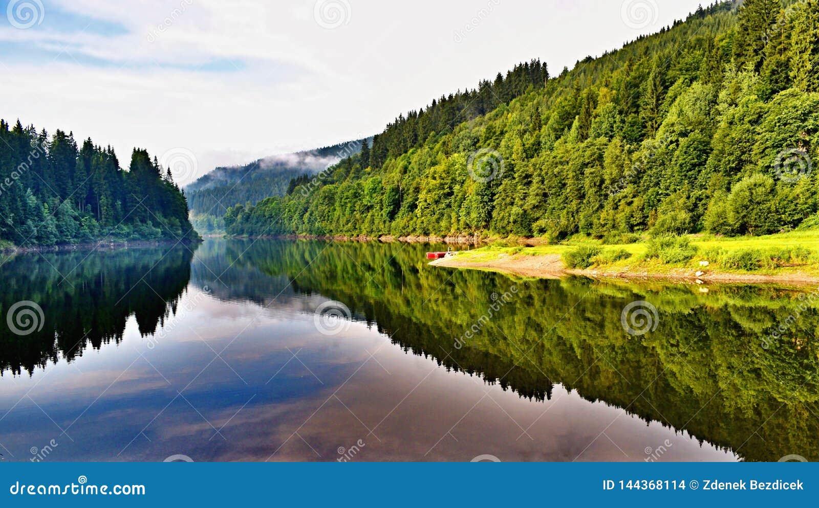 Represa no rio Elbe em República Checa