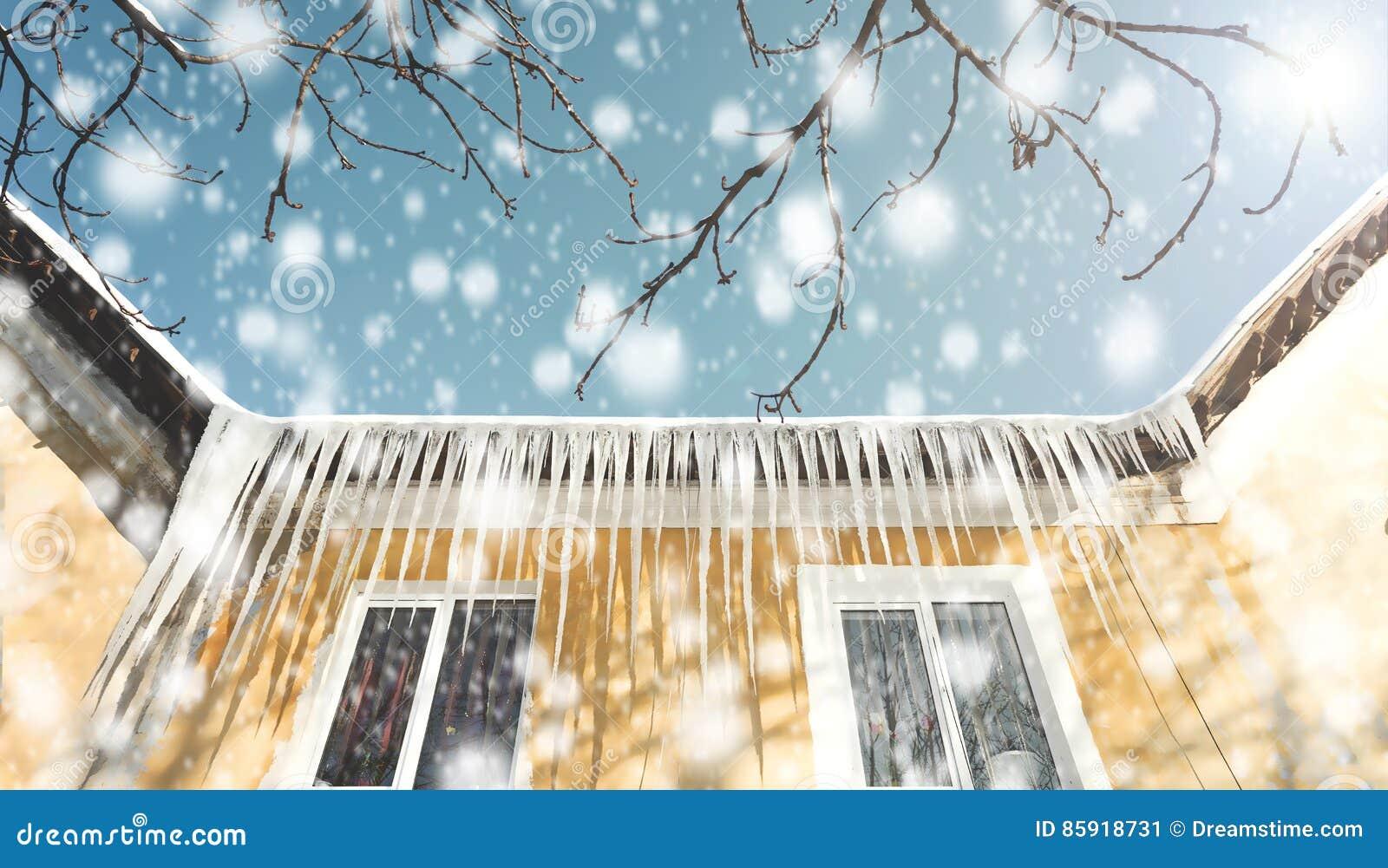 Represas do gelo, sincelos no telhado