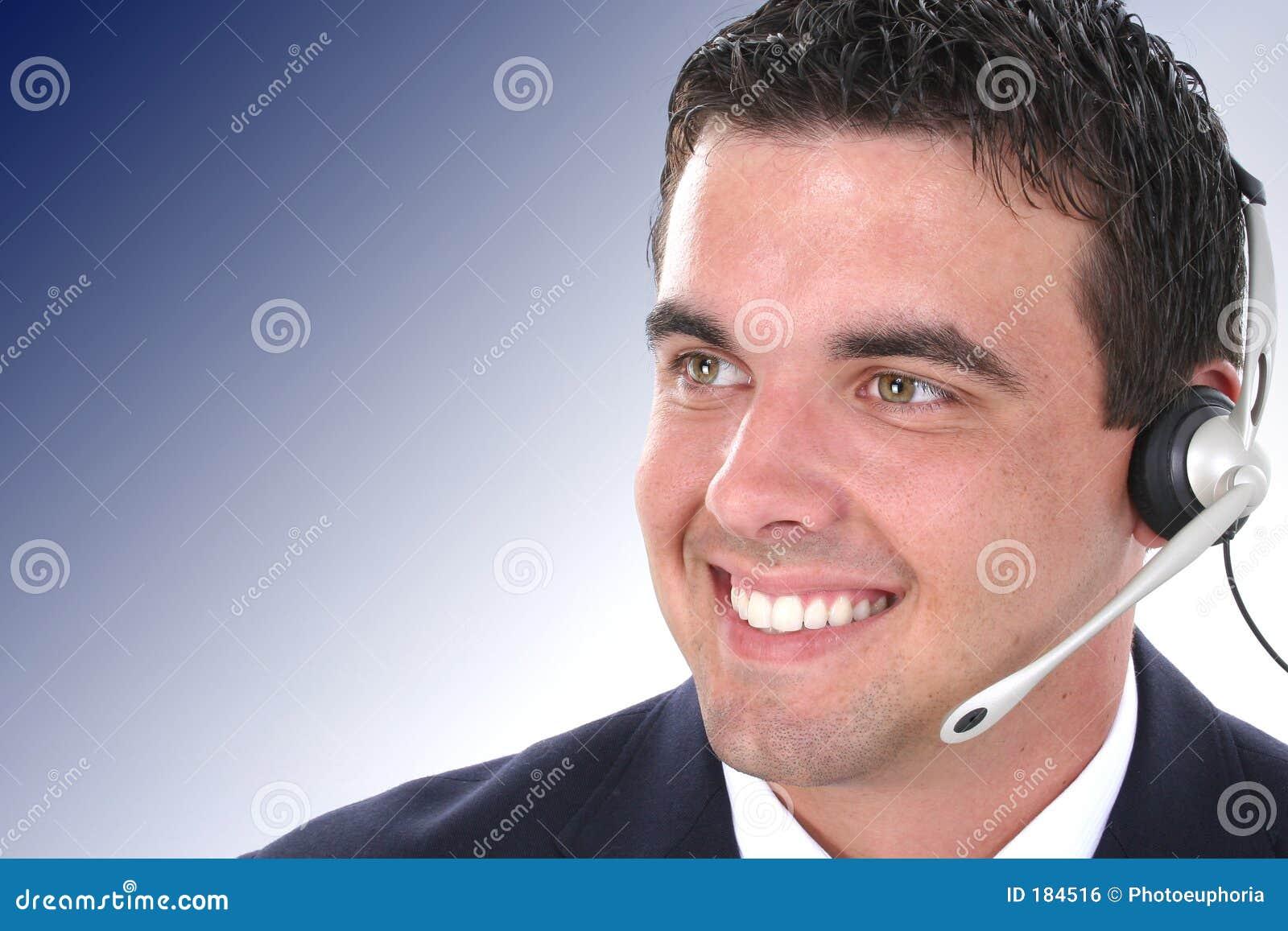 Representante joven atractivo del servicio de atención al cliente