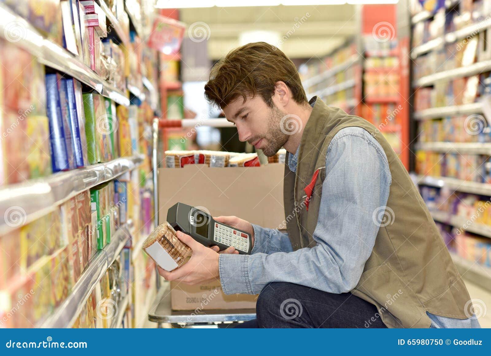 Representantscanningprodukter i supermarket