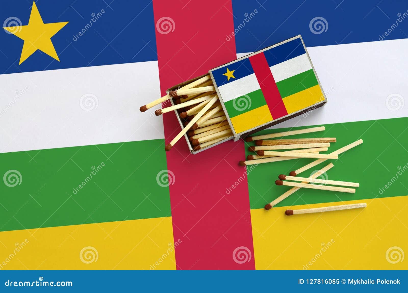 Republik- Zentralafrikaflagge wird auf einer offenen Streichholzschachtel gezeigt, von der einiges Match und Lügen auf einer groß